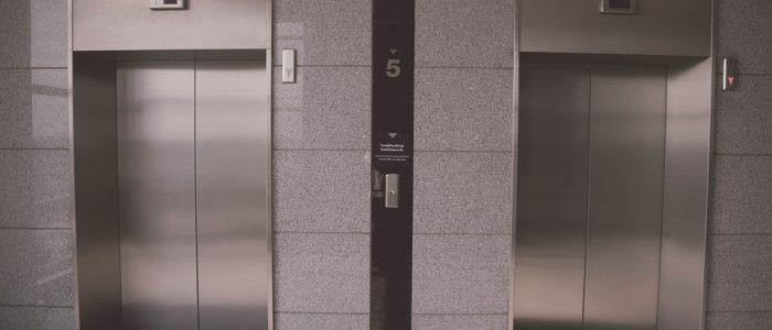 ¿A quién tengo que llamar si me quedo encerrado en el ascensor?